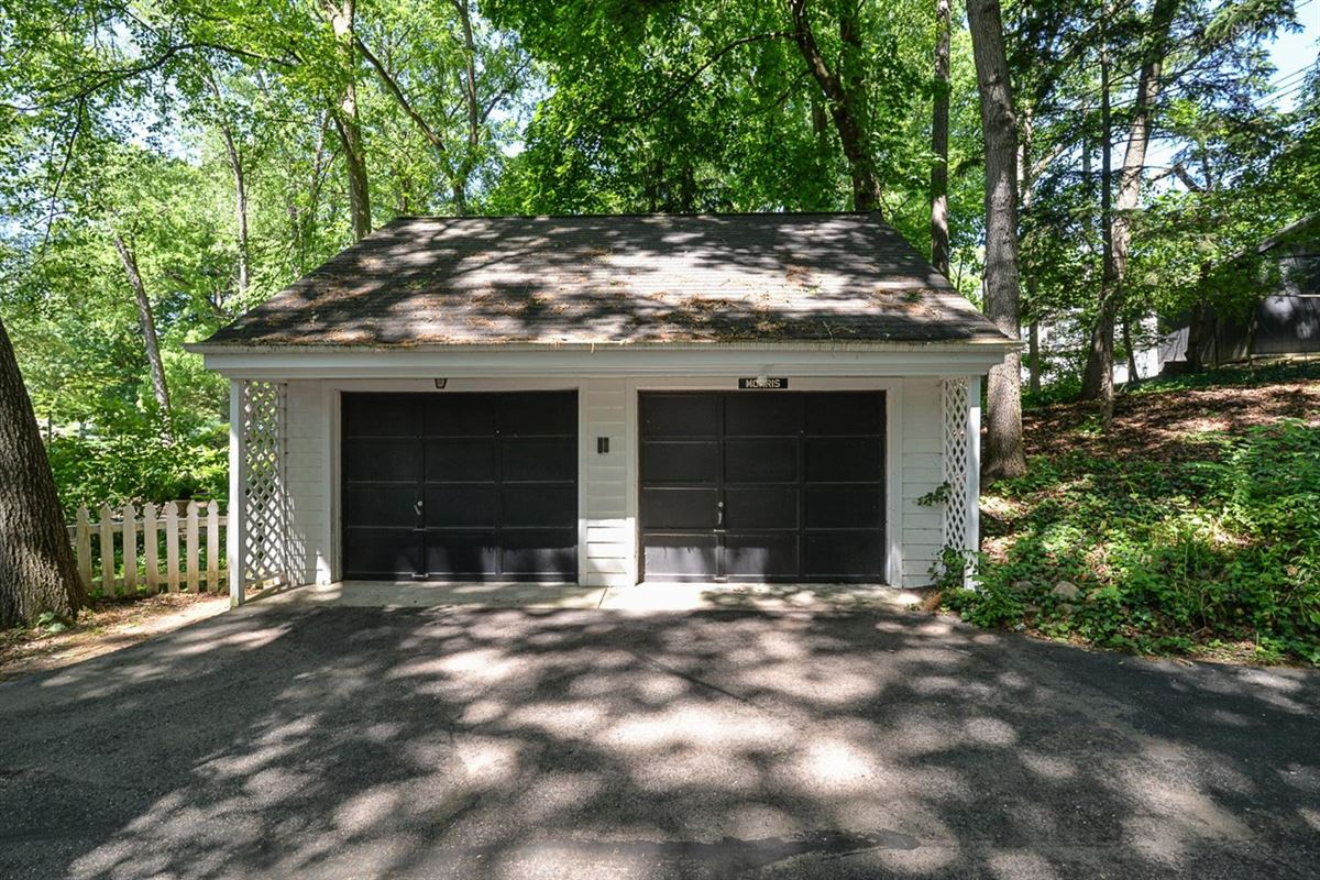 Mansions in rare find in Ann Arbor Hills