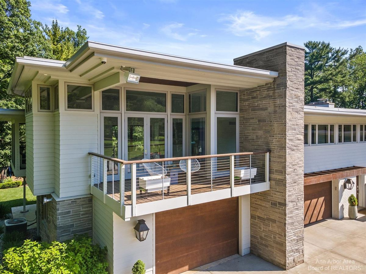 Luxury homes Timeless Mid-Century luxury home on two private acres