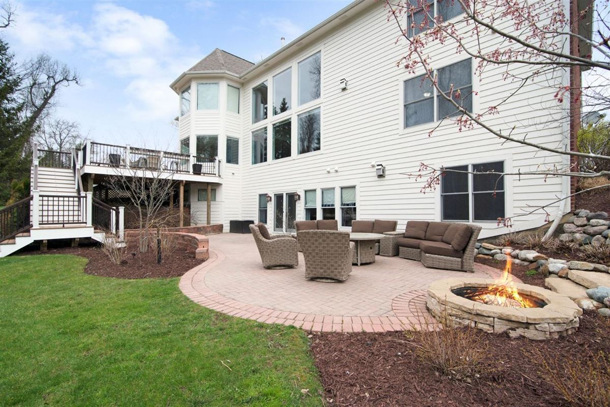 Mansions in gorgeous executive property in Whitehills Woods