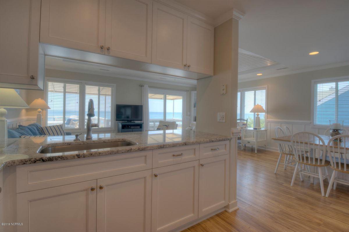 Luxury homes in six bedroom oceanfront home