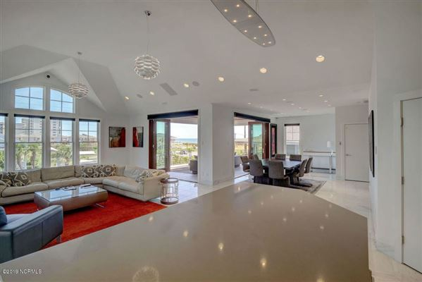 Mansions Classic, clean contemporary home