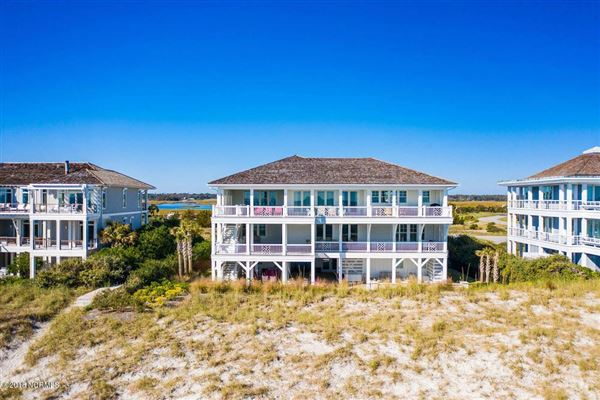 Mansions in exquisite home on Figure Eight Island
