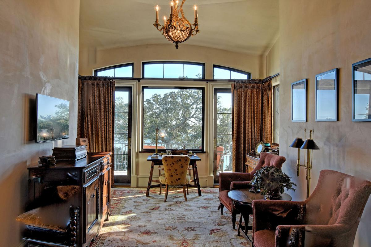 Luxury properties Spectacular Bradley Creek Point Residence