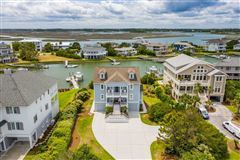 Luxury homes in center island location