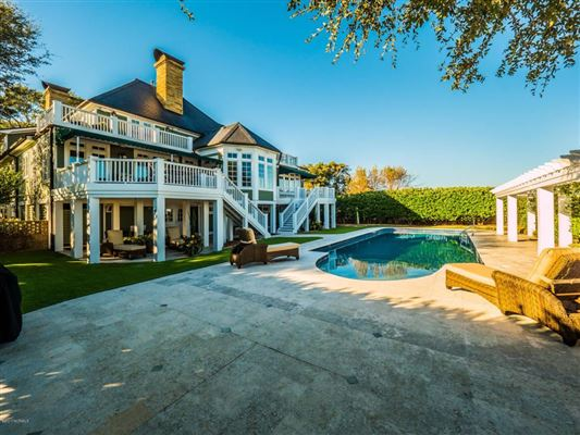 Mansions in Incredible Custom House Features a Private Pool