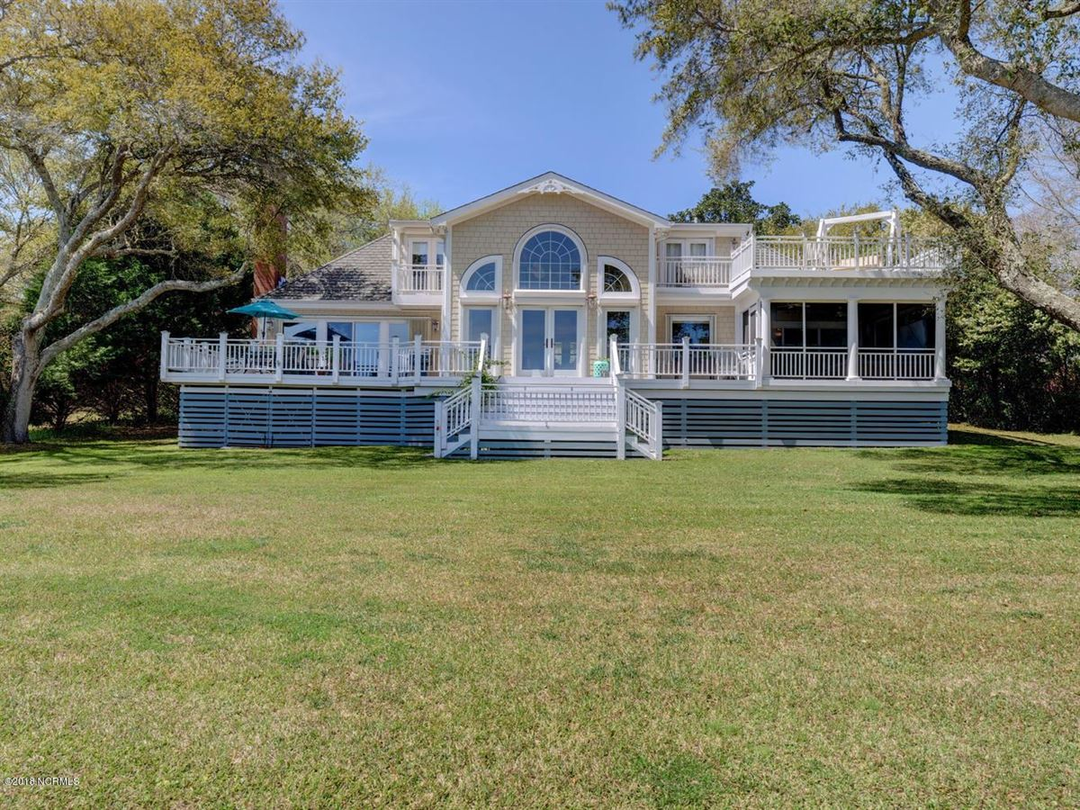 Astounding A Waterfront Treat In Wilmington North Carolina Luxury Home Interior And Landscaping Analalmasignezvosmurscom