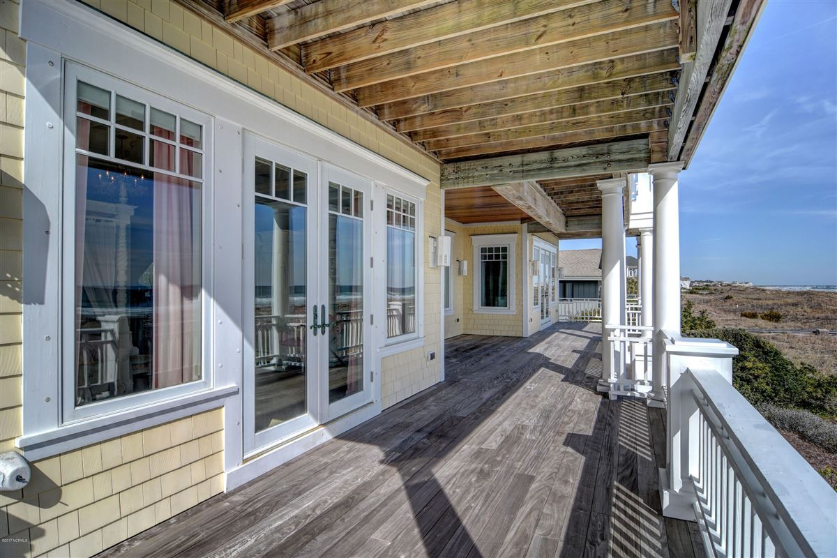 oceanfront home located on the north end of Figure Eight mansions