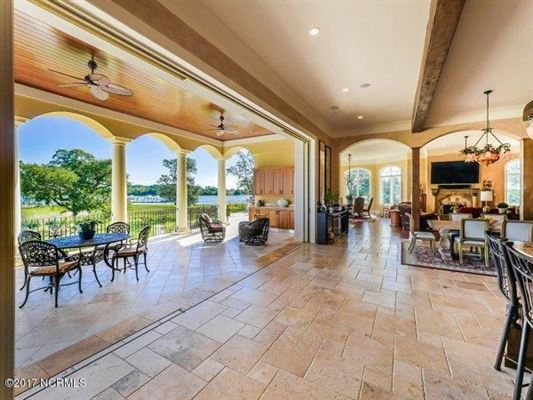 Mansions spectacular Mediterranean design Overlooking the Intracoastal