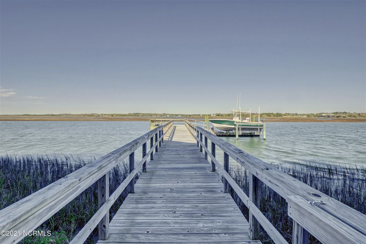 Sought after sound front Figure 8 Island home luxury real estate
