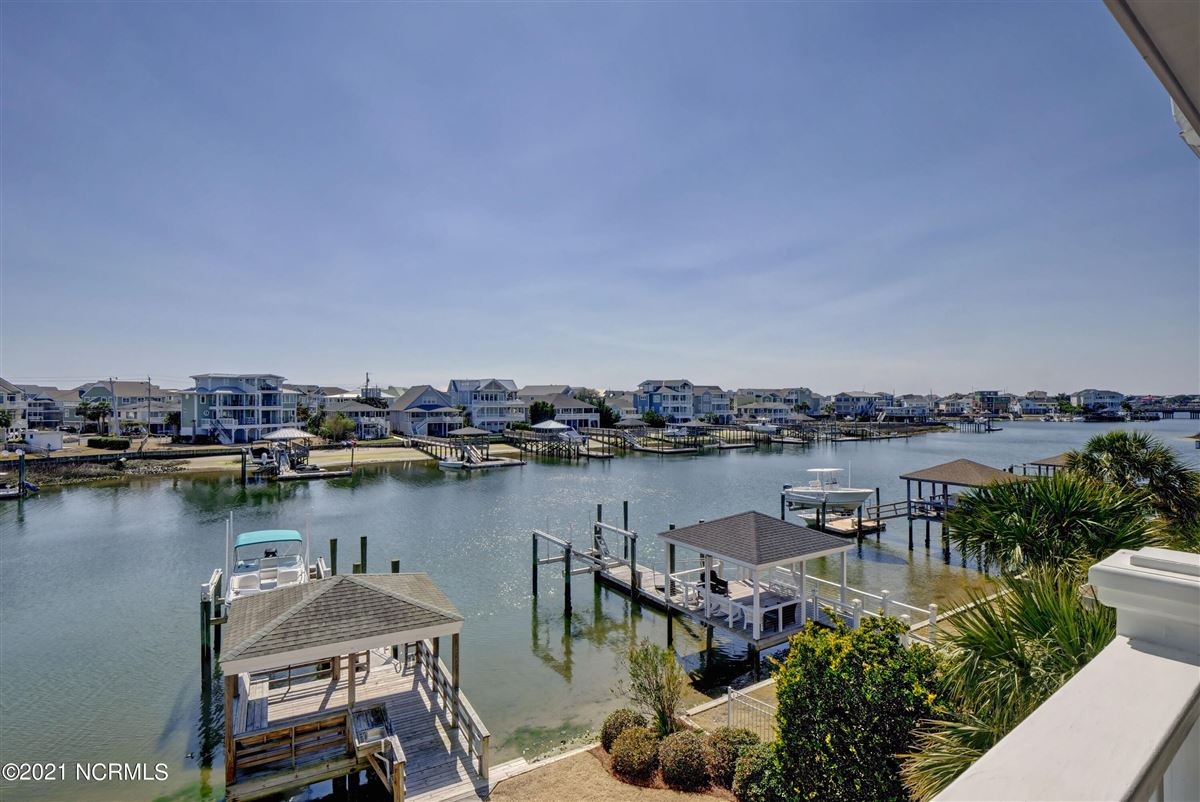 Luxury homes in relaxing waterfront lifestyle