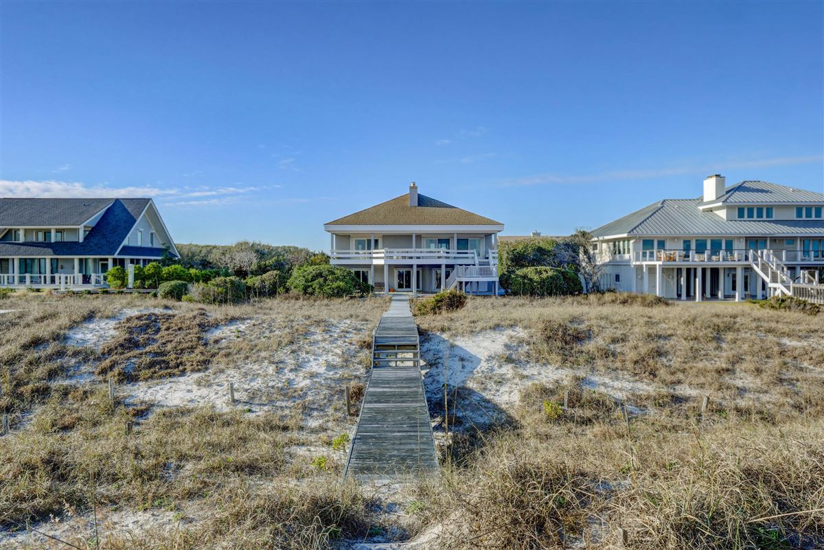 Luxury homes in fabulous oceanfront home on Figure 8 Island