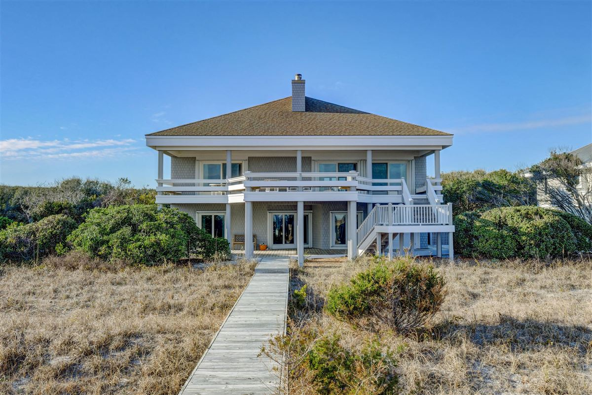 Mansions in fabulous oceanfront home on Figure 8 Island