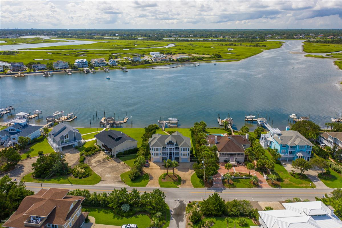 Luxury homes in magnificent six bedroom waterfront home