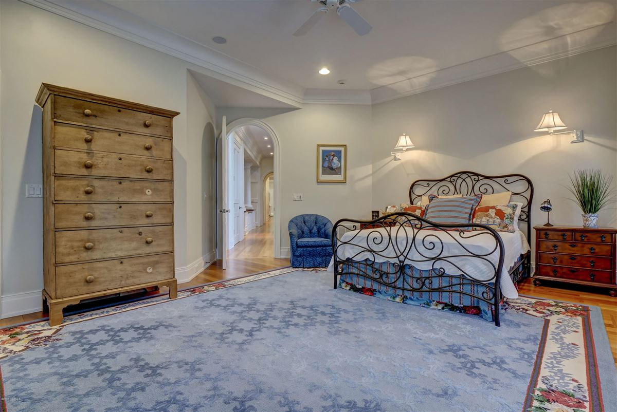 Luxury homes property in Landfalls estate neighborhood