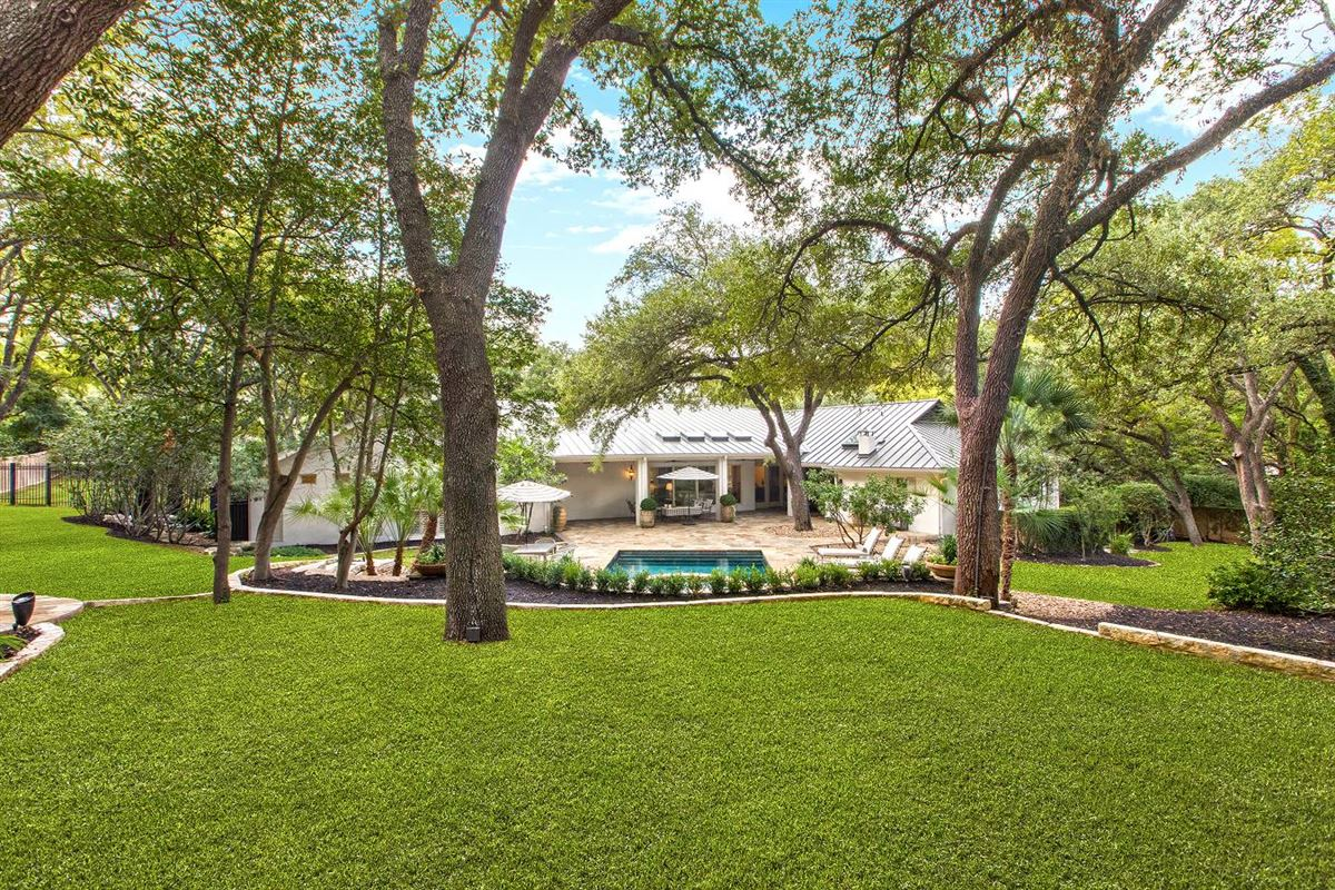 Luxury real estate Beautifully renovated classic single-story home