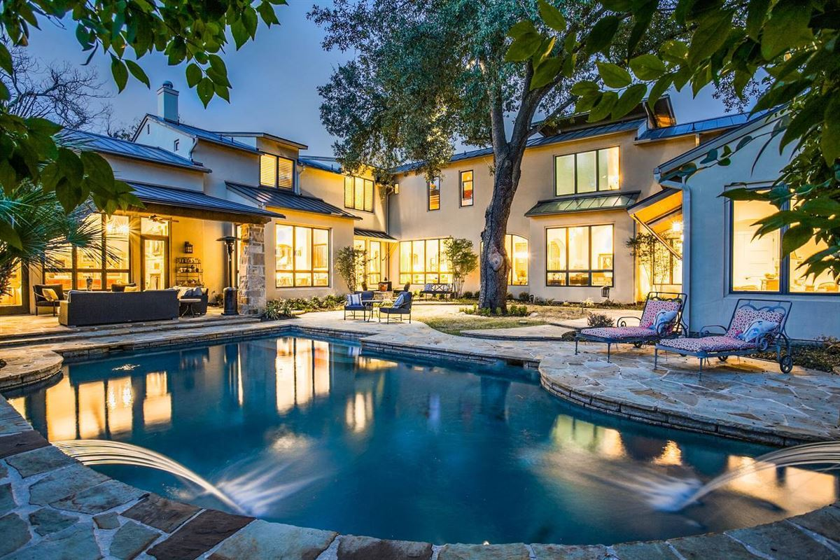 Mansions in stylish and spectacular estate