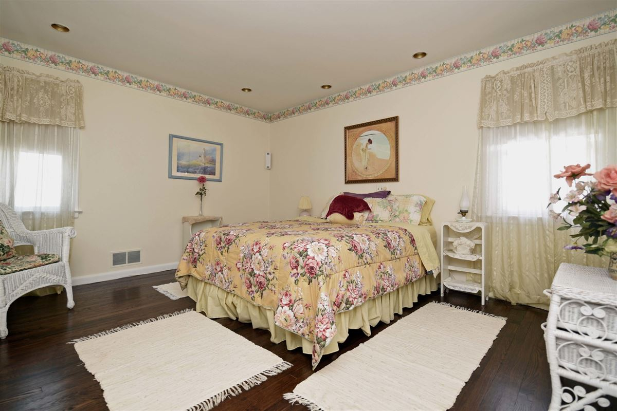 Luxury homes spacious colonial in the heart of town