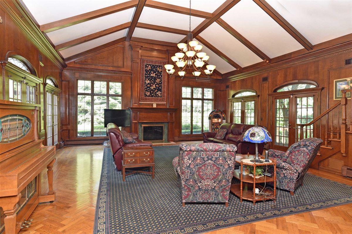 Luxury homes timeless residence in prestigious High Ridge