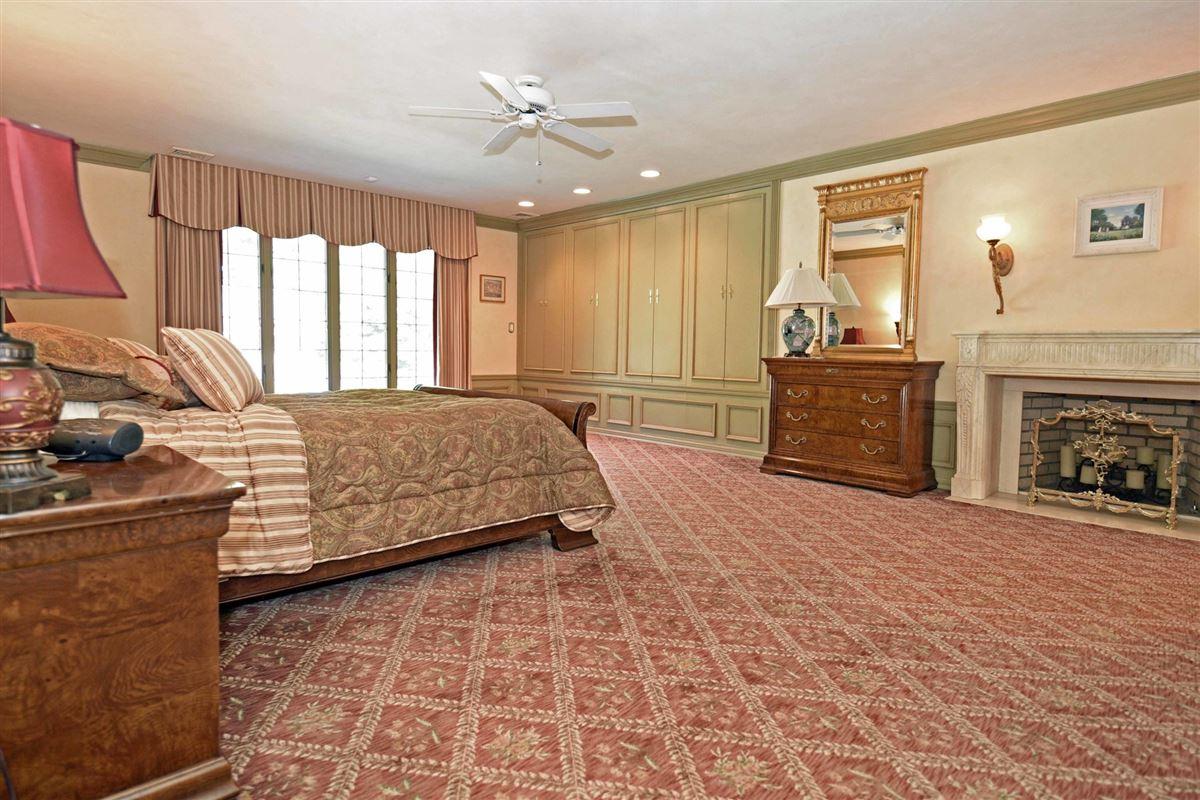 Mansions in timeless residence in prestigious High Ridge