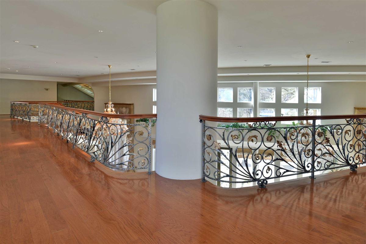 Mansions A TRUE ARCHITECTURAL TREASURE !!