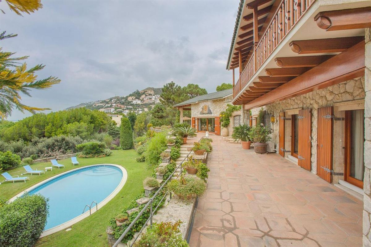Magnificent Property With Impressive Views luxury homes