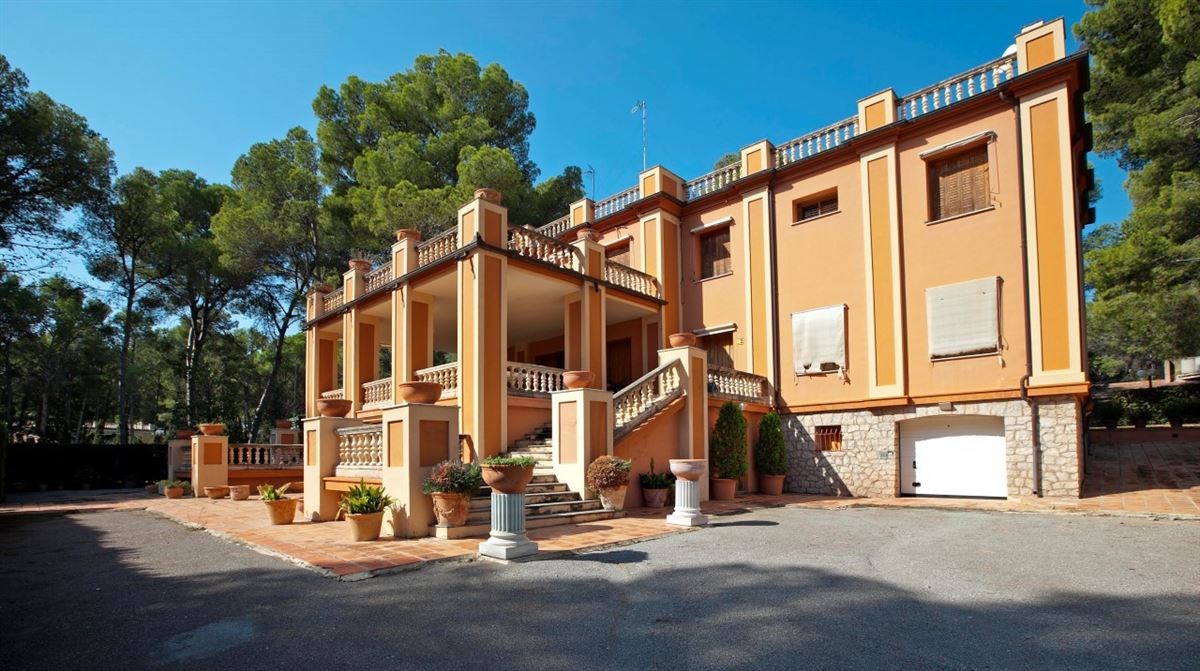 Luxury homes exceptional villa in a magnificent setting