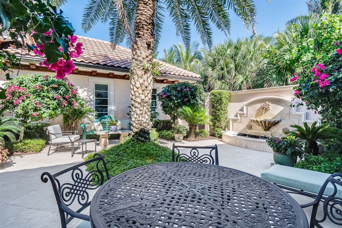 Luxury homes in magnificent estate in ocean pearl