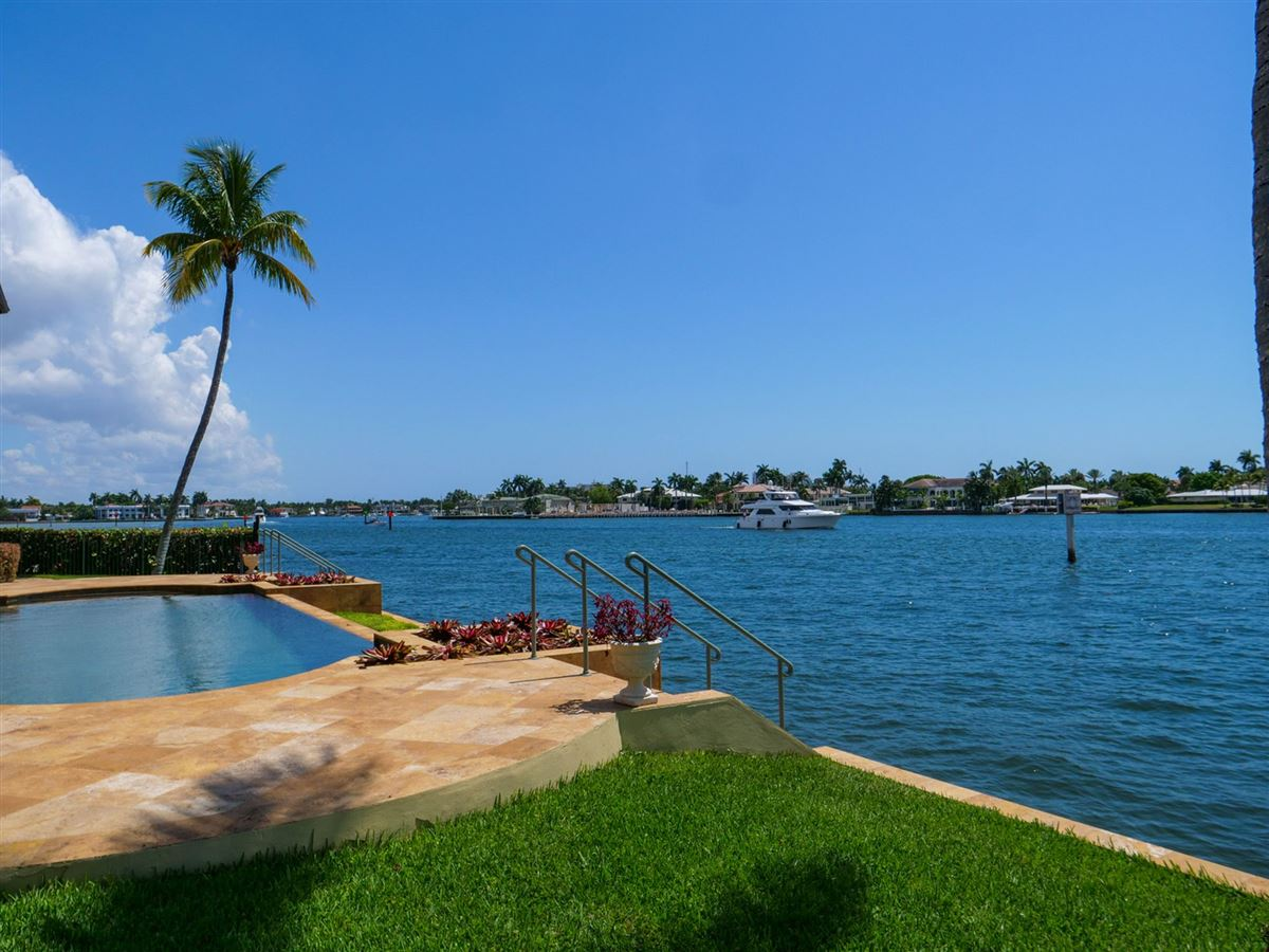Mansions in Spectacular Intracoastal point lot estate