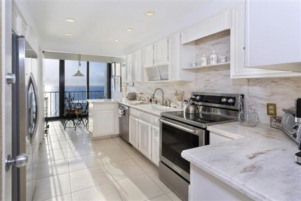 Luxury homes Spectacular high floor direct oceanfront at Stratford Arms