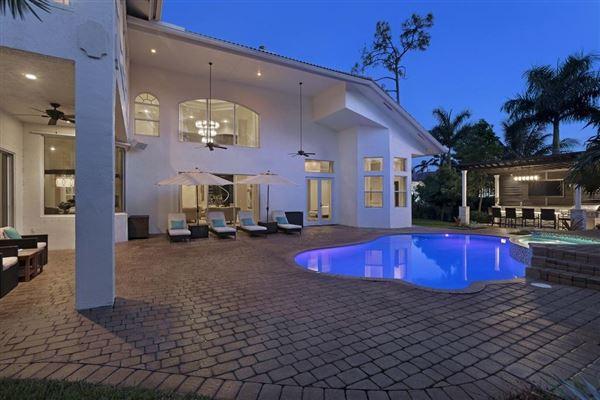 A Glamorous Estate  luxury homes