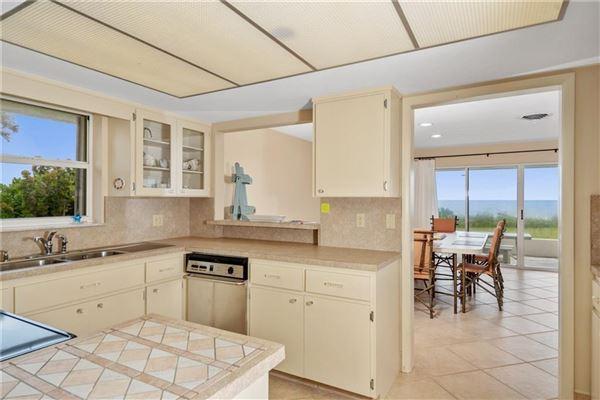 Mansions cozy oceanfront bungalow