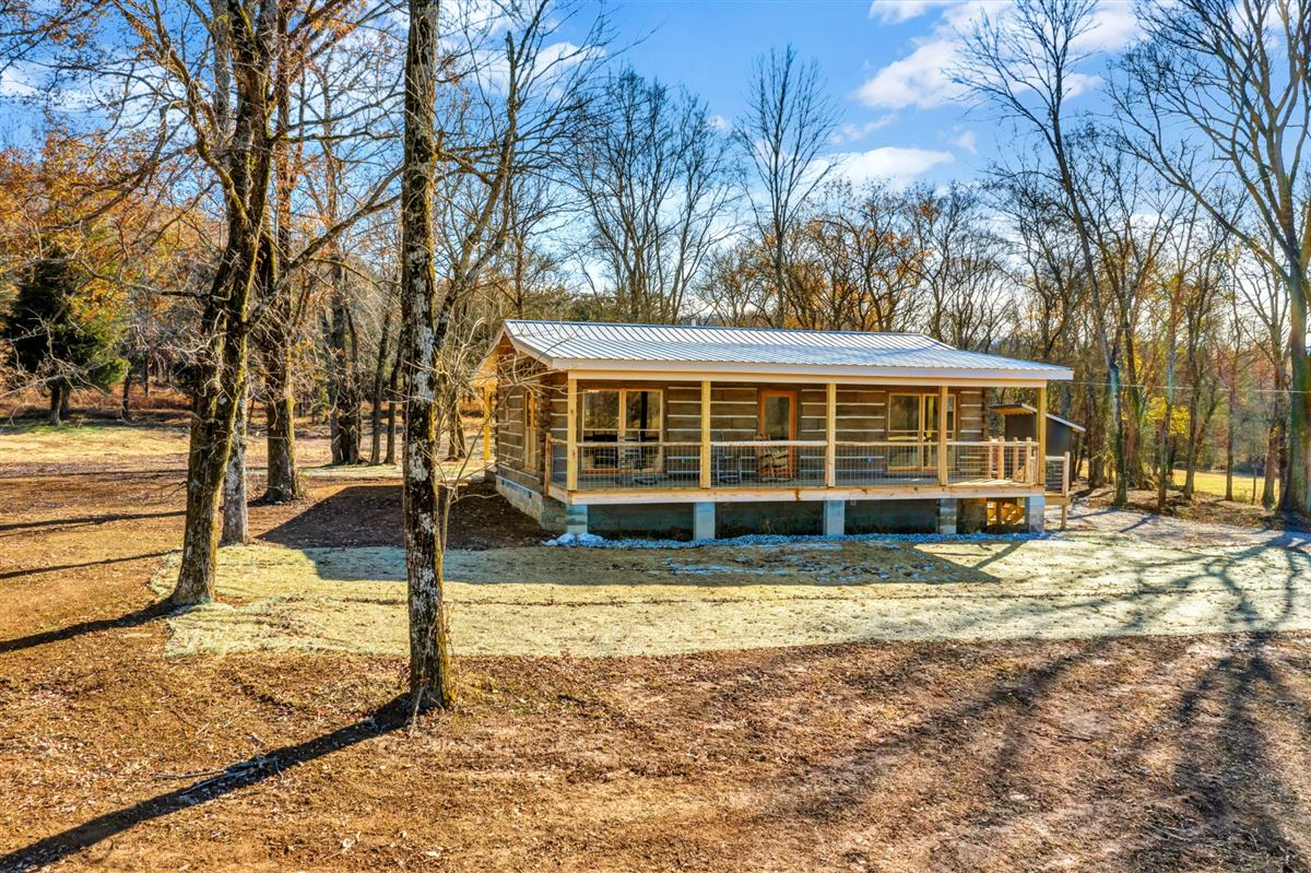 Luxury homes 250 acres with new cabin