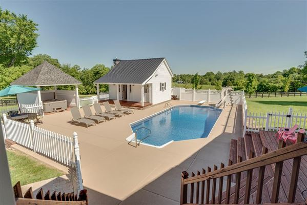 four bedroom Renovated Tennessee Farmhouse luxury properties