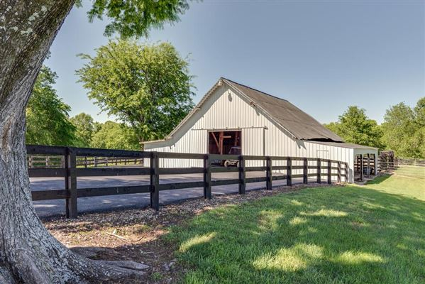 four bedroom Renovated Tennessee Farmhouse mansions
