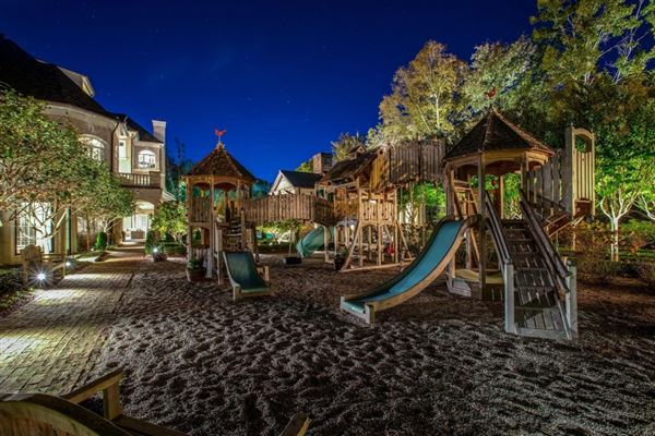 the gated waterfront estate of Kelly Clarkson mansions