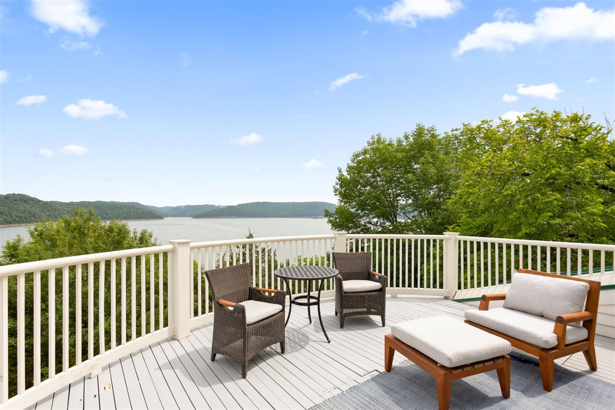 Luxury homes in Private peninsula and personal dock on Center Hill Lake