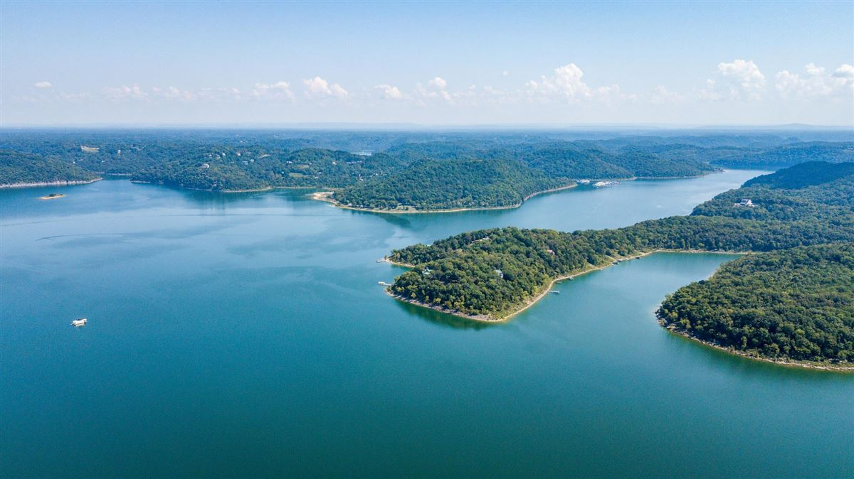 Private peninsula and personal dock on Center Hill Lake mansions