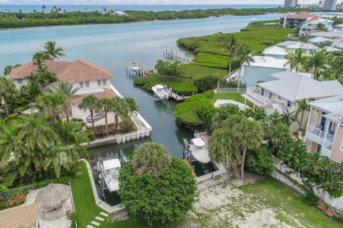 Luxury homes in unique lot on a private cove