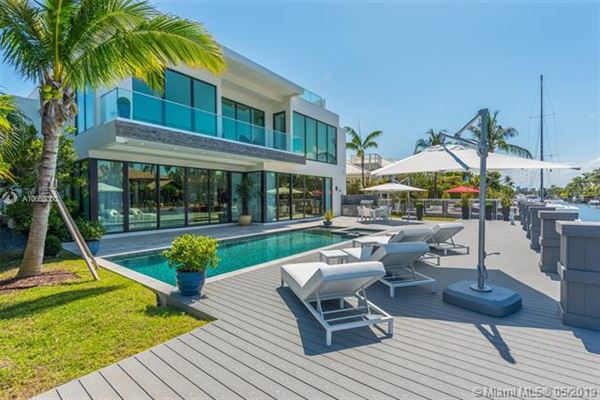 Contemporary waterfront masterpiece luxury homes