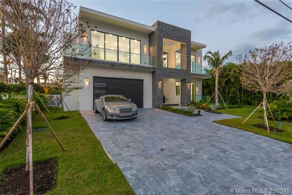 Luxury properties Contemporary waterfront masterpiece