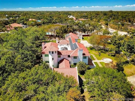 Mansions in remarkable gated estate in Pinecrest