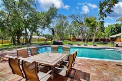 Mansions remarkable gated estate in Pinecrest