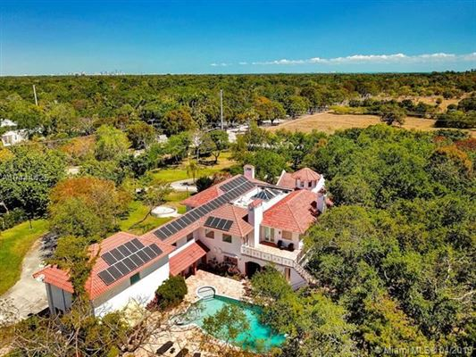 Luxury homes in remarkable gated estate in Pinecrest