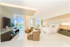 Mansions in upgraded corner penthouse with panoramic views