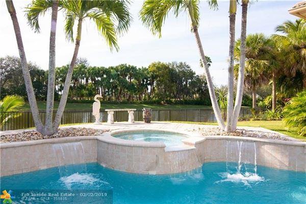 Luxury real estate Custom waterfront home on cul-de-sac