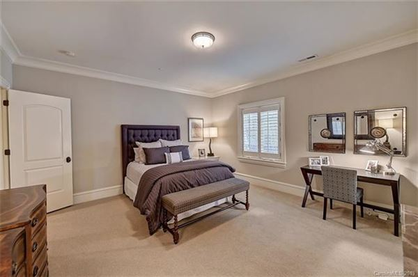 Mansions in an elegant southpark six bedroom