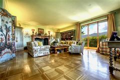 Mansions in elegant villa in exclusive Massagno