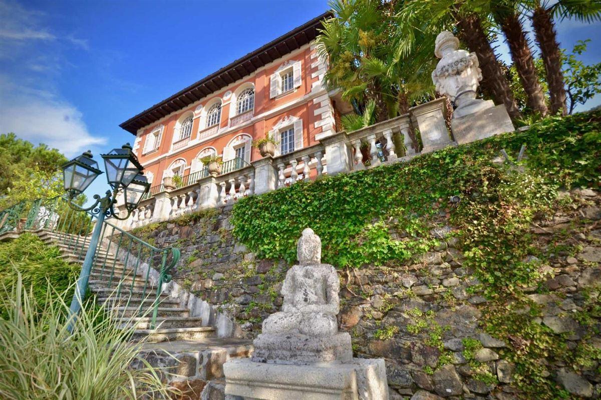 Luxury homes castle-like villa enjoys private lake access