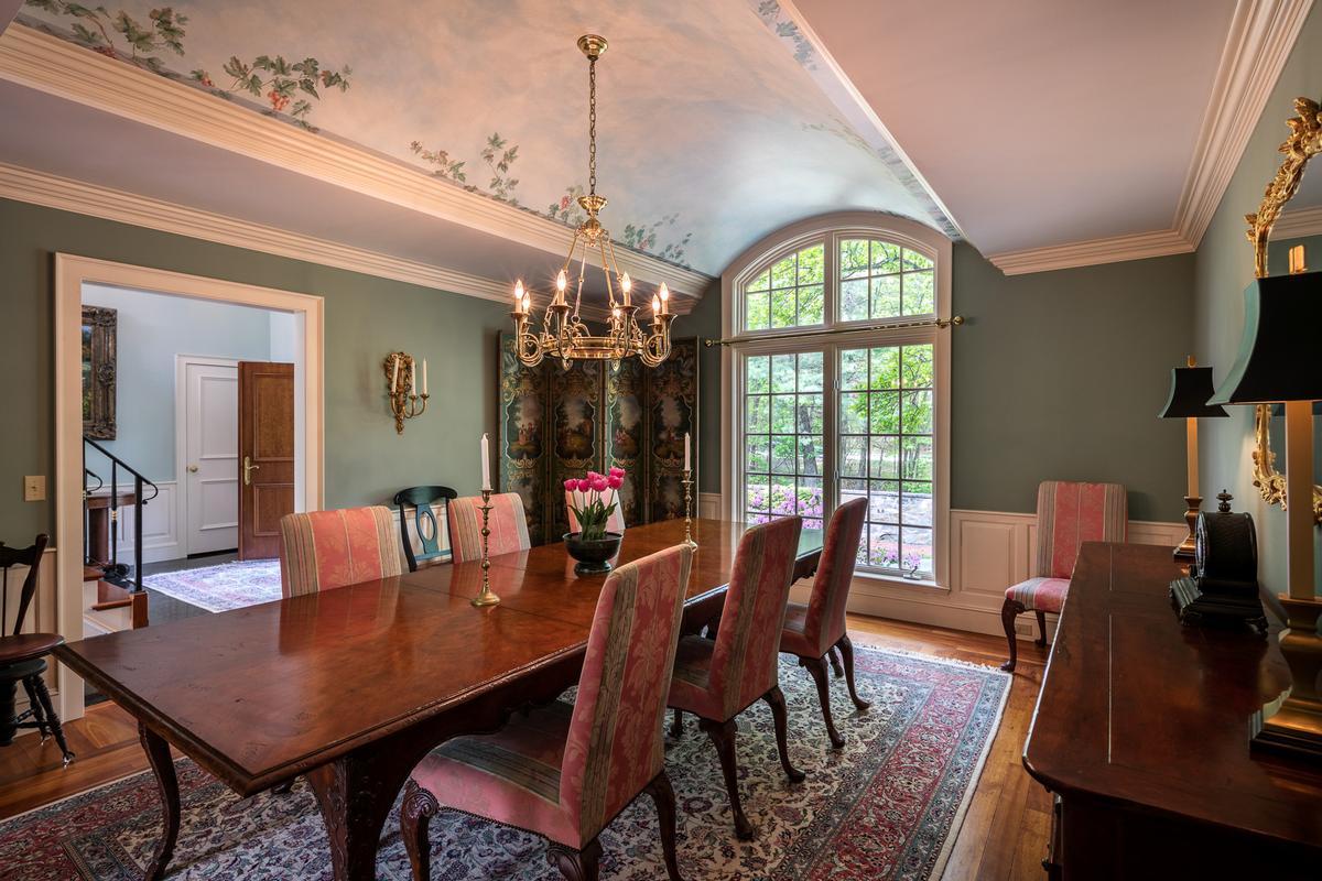 Elegant and inviting city retreat mansions