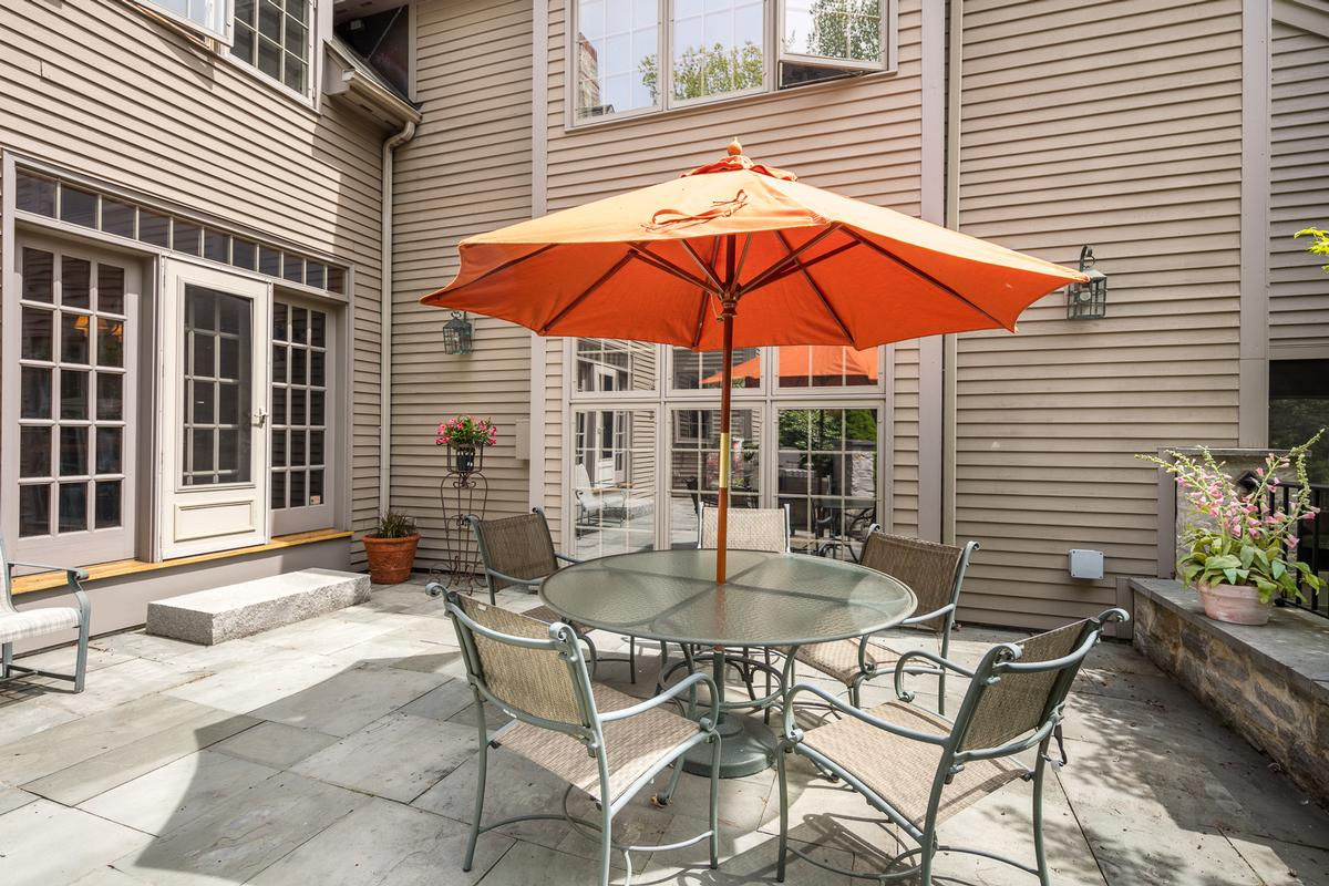Luxury homes Elegant and inviting city retreat